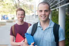 Para av lyckliga unga male deltagare Arkivfoto