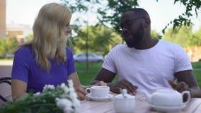 Para av vänner som ett slags smakar nytt kinesiskt te och att tala om förhållanden lager videofilmer