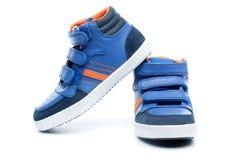Para błękitni dzieci sneakers fotografia royalty free