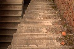 Para baixo escadas concretas Fotografia de Stock Royalty Free
