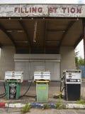 Para baixo posto de gasolina fechado velho Imagens de Stock
