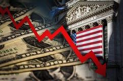 Para baixo seta e NYSE vermelhos no fundo imagens de stock