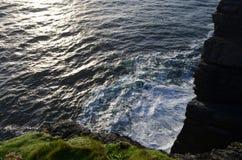 Para baixo vista ao mar dos penhascos da península da cabeça de laço em Clare, Irlanda Imagens de Stock