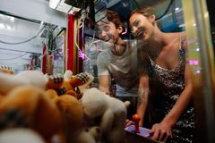 Para bawić się gry przy hazard arkadą fotografia royalty free