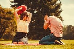 Para bawić się gry w parku Fotografia Stock