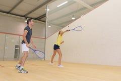 Para bawić się tenisa indoors zdjęcie stock