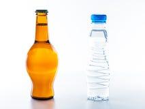 Para beber el agua es más sana que la cerveza de consumición Fotografía de archivo libre de regalías