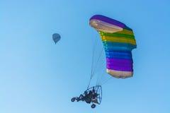 Para-Bewegungssegelflugzeug und Heißluft steigt das Beleidigen im Ballon auf Stockfotos