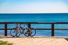 Para bicykle na molu blisko morza w Hiszpania zdjęcie royalty free