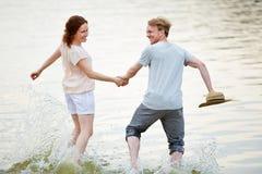 Para bieg przez zimnej wody w lecie Obrazy Royalty Free