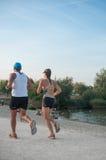 Para bieg w rabatowym jeziorze Zdjęcie Stock