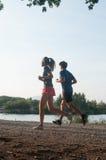 Para bieg w rabatowym jeziorze Obrazy Royalty Free