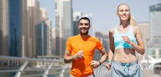 Para biega nad Dubai miasta ulicy tłem fotografia royalty free