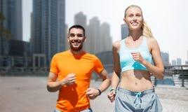 Para biega nad Dubai miasta ulicy tłem Zdjęcie Stock