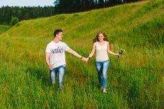 Para biega wpólnie szczęśliwie trzymać ręki zdjęcia royalty free