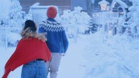 Para biegająca w romantycznym magicznym zima lesie zbiory wideo