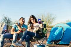 Para Bierze autoportret Na zewnątrz namiotu obraz stock