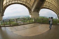 Para bierze fotografię od TV wierza punktu widzenia w Kuching, Malezja Obraz Royalty Free