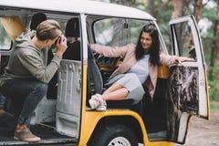 Para bierze fotografię w furgonetce Zdjęcie Royalty Free