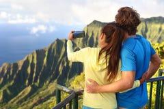 Para bierze obrazki na Hawaje wakacje w Kauai zdjęcie royalty free