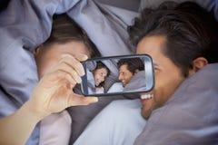 Para bierze selfie na smartphone Zdjęcie Stock