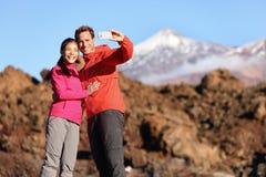 Para bierze selfie wycieczkuje w pięknej naturze Obraz Royalty Free