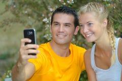 Para bierze selfie z m?drze telefonem obrazy royalty free
