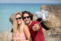 Para bierze selfie z monopod przy plażą Obrazy Stock