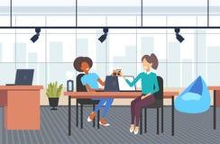 Para bizneswoman?w koledzy dyskutuje podczas kawowej przerwy mieszanki rasy biznesowych kobiet siedzi przy miejsce pracy ilustracji