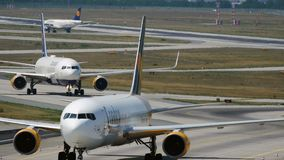 Para Boeing 767 taxiing po przyjeżdżający zbiory wideo