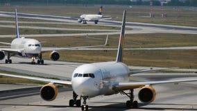 Para Boeing 767 taxiing po przyjeżdżający obraz royalty free