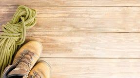 Para br?zy b?d?cy ubranym buty i sport arkana na drewnianym tle Poj?cie podr?? i przygoda P?aski uk?ad fotografia royalty free