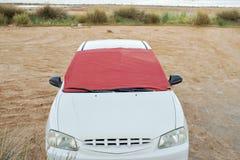 Para-brisa do carro branco coberto pela parte de tela Imagens de Stock
