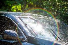 Para-brisa do carro com gotas da chuva e a lâmina de limpador frameless fotografia de stock