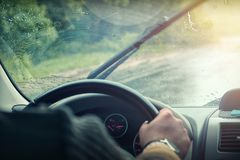 Para-brisa do carro nas gotas da chuva imagens de stock royalty free