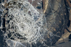 Para-brisa quebrado de um carro em um acidente fotos de stock