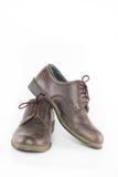Para bruna läderskor som isoleras på vit bakgrund, klassiker Arkivfoton