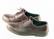 Para bruna läderskor som isoleras på vit bakgrund, klassiker Arkivfoto