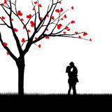 Para całuje blisko miłości drzewa Obraz Royalty Free