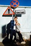 Para całuje pod znakiem droga i uściśnięcia zakaz, ostrożna uwaga karambol i konfrontacja w zdjęcia stock