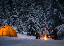 Para camping z ogniskiem outdoors i namiotem zdjęcie royalty free