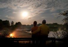 Para camping z ogniskiem outdoors i namiotem obrazy stock