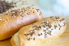 Para chlebowe rolki na drewnianym stole Zdjęcie Royalty Free