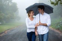 Para chodzący parasol obraz royalty free