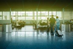 Para chodzi airpot holu terenu lotnisko międzynarodowe Obraz Royalty Free