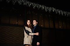 Para chodzi na nocy mieście Zdjęcie Stock