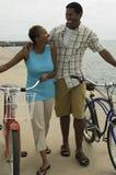 Para Chodzi Na plaży Z bicyklami Obraz Stock
