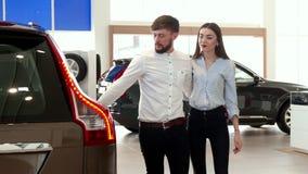 Para chodzi przy przedstawicielstwem firmy samochodowej zdjęcie wideo