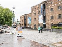 Para chodzi tooward muzeum Londyn, Docklands, na dżdżystym Aug Obrazy Royalty Free