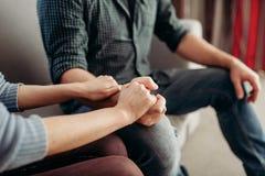 Para chwyta ręki, rodzinny psychologii poparcie zdjęcie royalty free